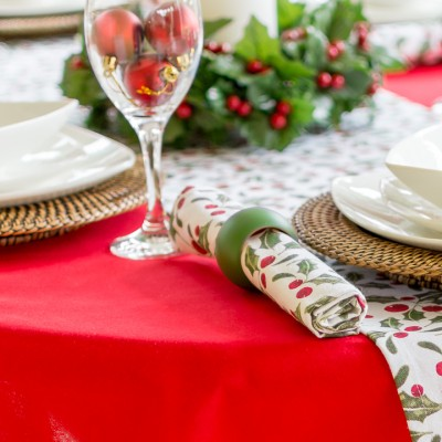 RED COTTON OVAL WITH CHRISTMAS HOLLY RUNNER