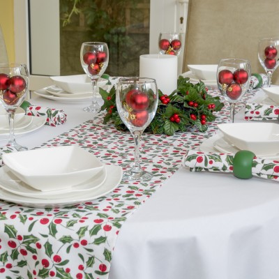 WHITE COTTON OVAL WITH CHRISTMAS HOLLY RUNNER