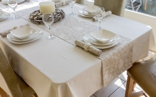 CREAM TABLECLOTH WITH CHRISTMAS PARTRIDGE RUNNER AND NAPKINS
