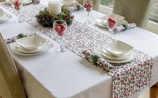 WHITE COTTON RECTANGLE WITH CHRISTMAS HOLLY RUNNER